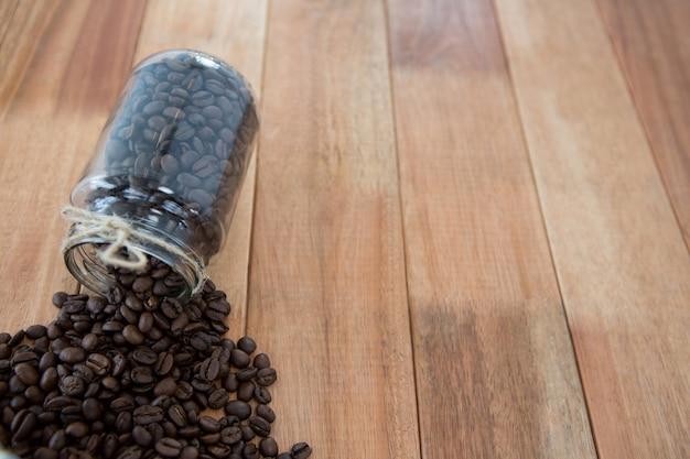 Chicchi di caffè che si rovesciano dal vaso