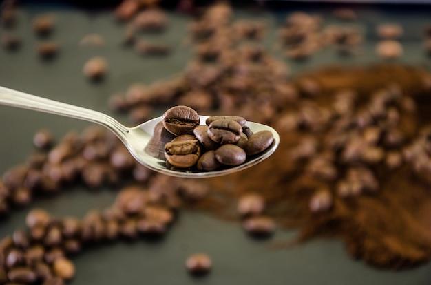 Chicchi di caffè in un cucchiaio