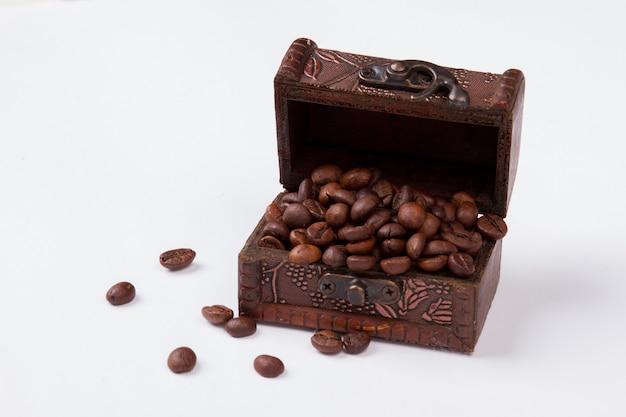 I chicchi di caffè in uno scrigno del tesoro
