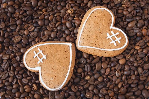 Chicchi di caffè e due biscotti come cuore