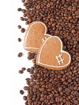 Chicchi di caffè e due biscotti a forma di cuore, buon san valentino