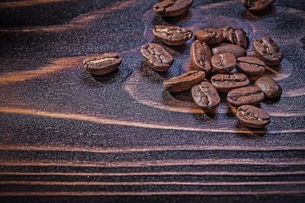 Chicchi di caffè su legno d'annata