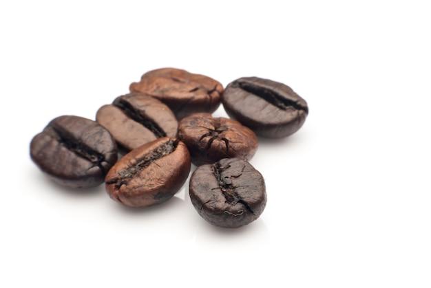 Chicchi di caffè su sfondo bianco.