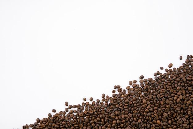 Chicchi di caffè su sfondo bianco da tavola