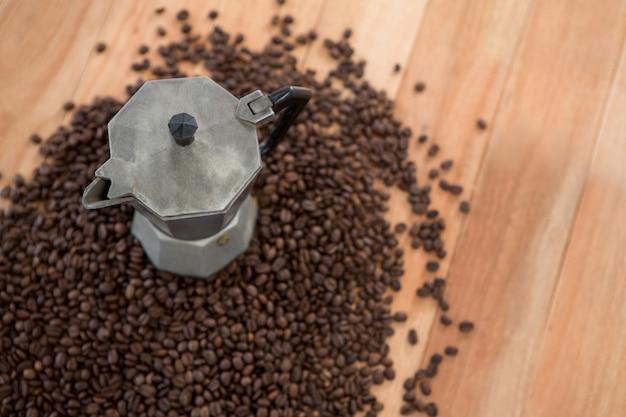 Chicchi di caffè con caffettiera metallica