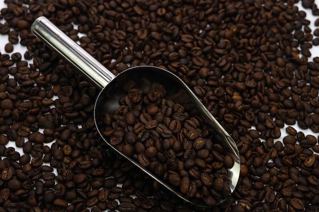 Chicchi di caffè con cucchiaio