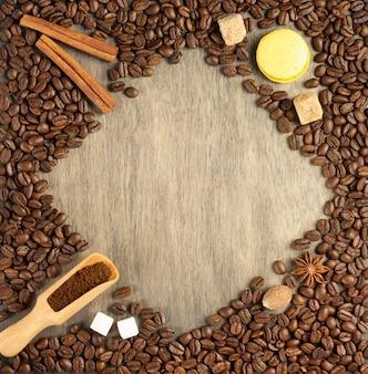Chicchi di caffè su fondo di legno, vista dall'alto