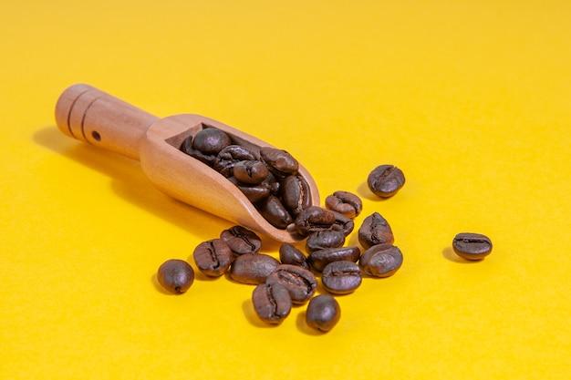 Chicchi di caffè in una paletta di legno