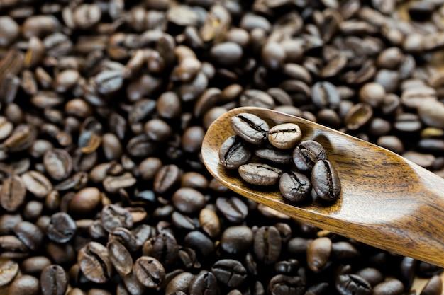 Chicchi di caffè in legno speen vista dall'alto studio corto