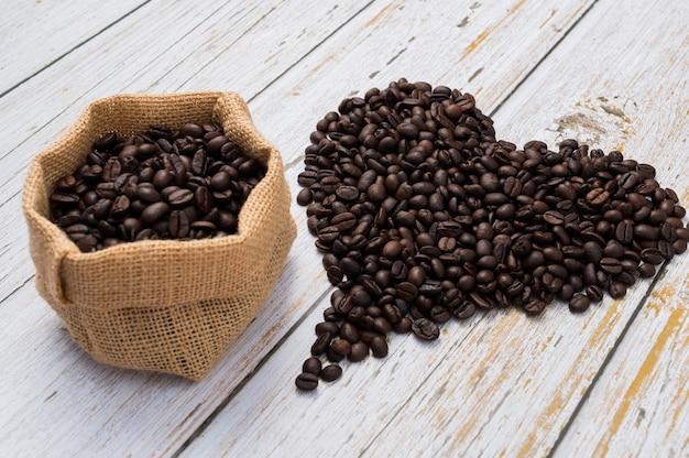 Chicchi di caffè sulla tavola di legno