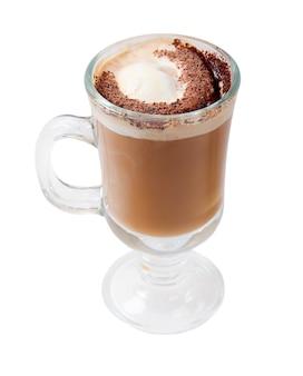 Cocktail al cioccolato al caffè. isolato su superficie bianca. tracciato di ritaglio