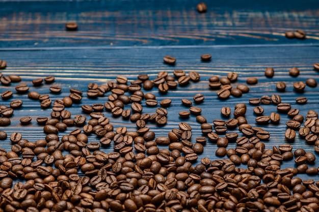 Caffè da vicino su un tavolo di legno blu.