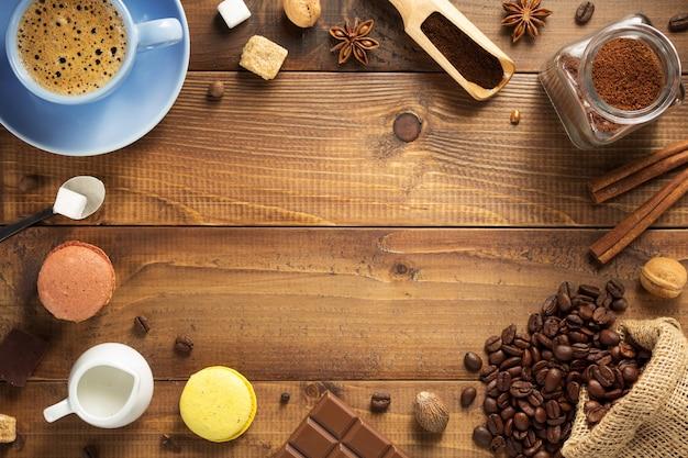 Concetto di caffè, tazza e fagioli su fondo di legno, vista dall'alto