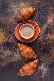 Caffè e croissant su pietra