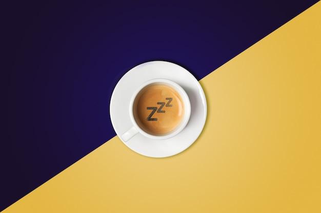 Tazza di caffè su sfondo colorato. vista dall'alto. il caffè come simbolo di energia mattutina e allegria o ristoro serale.