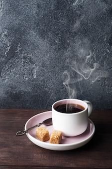 Tazza di caffè e chicchi di caffè su sfondo scuro. copia spazio