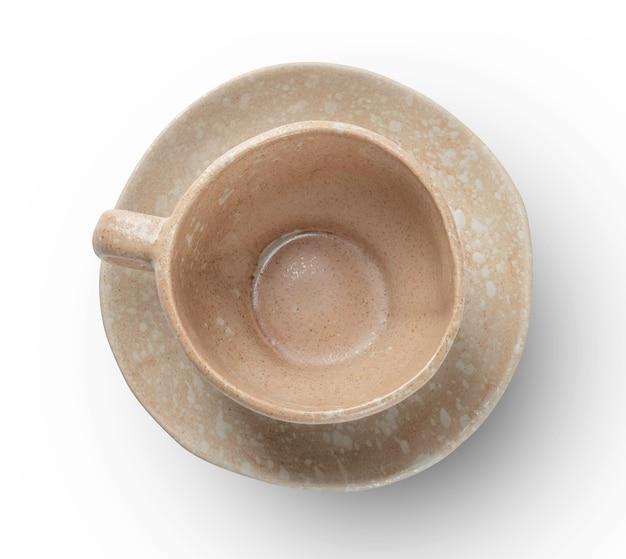 Tazza di caffè ceramiche artigianali su sfondo bianco isolato con tracciato di ritaglio.