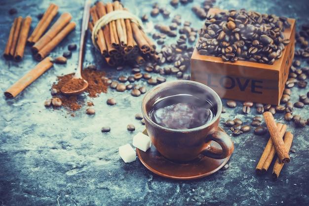 Tazza di caffè. cibo e bevande. messa a fuoco selettiva