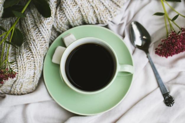 Tazza di caffè, bicchieri sul tavolo bianco