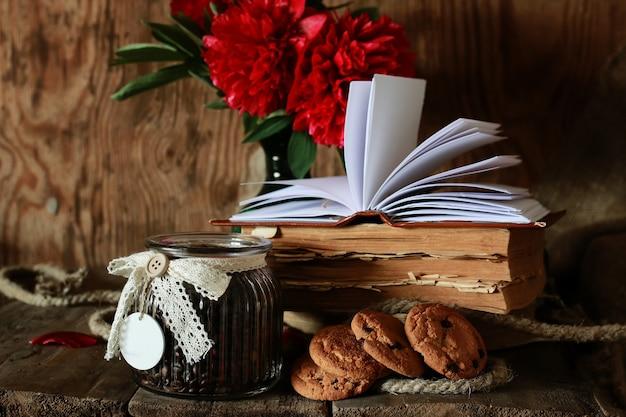 Tazza di caffè vecchio libro fiore