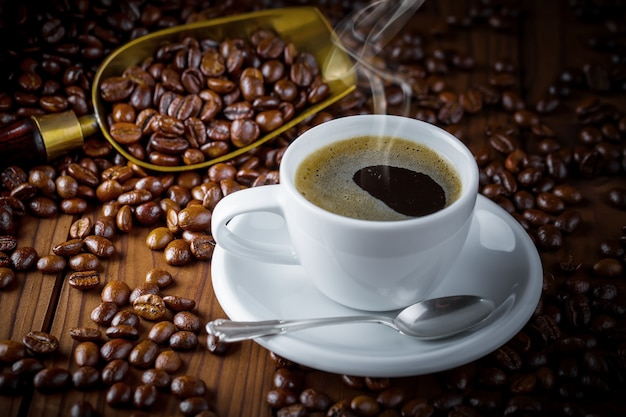 Caffè in una tazza su una vecchia superficie
