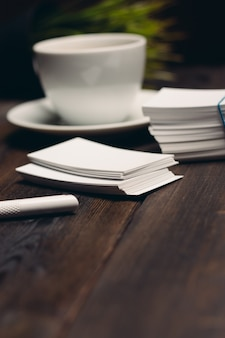 Tazza di caffè sul tavolo biglietti da visita ufficio desktop documenti aziendali