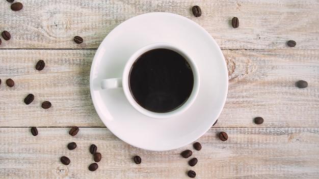 Caffè in una tazza sul tavolo. messa a fuoco selettiva. natura
