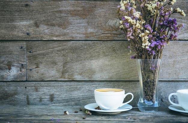 Tazza di caffè e vaso a muro.