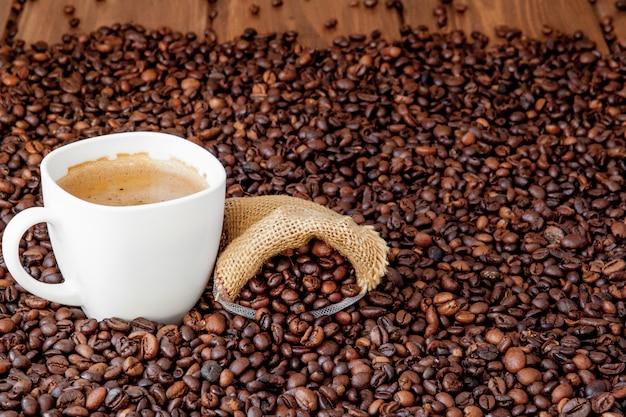 Tazza di caffè con la borsa di caffè sulla tavola di legno. vista dall'alto