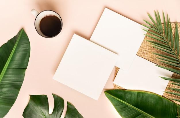 Tazza di caffè con foglia di palma sulla parete rosa