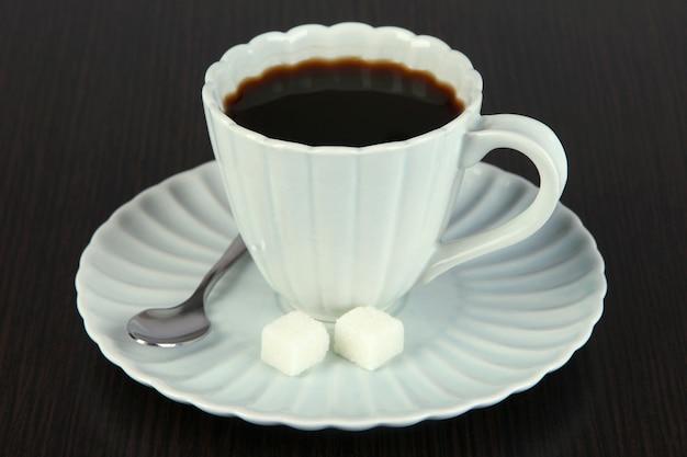 Tazza di caffè sul primo piano della tavola di legno