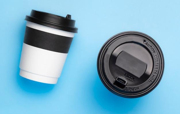 Tazze di caffè su su sfondo blu vista dall'alto.