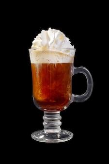 Bevanda del caffè sulla parete nera isolata