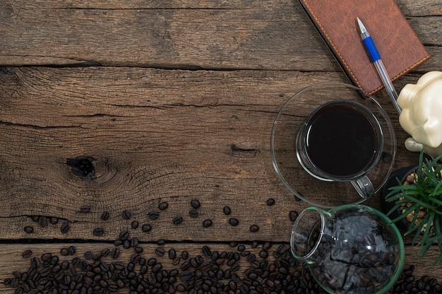 Il caffè dà energia per lavorare sulla scrivania vista in alto