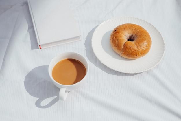 Caffè, un buon libro e pane per il buongiorno in caffetteria