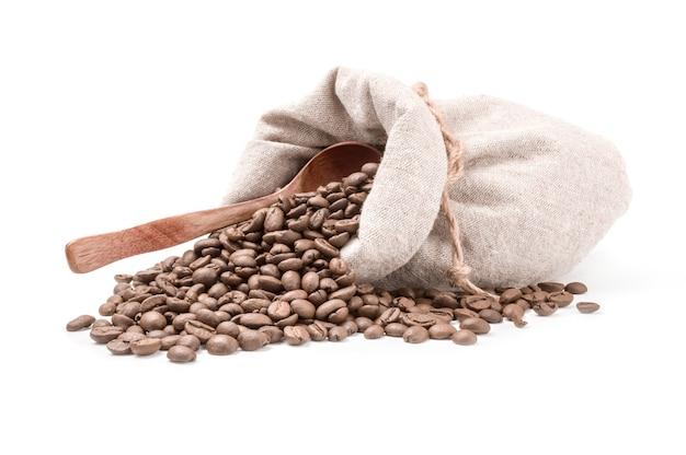 Chicchi di caffè isolati su un ritaglio di superficie bianco
