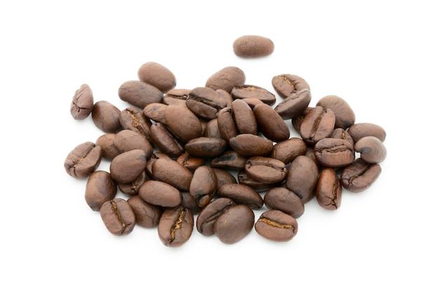 Chicchi di caffè sulla superficie bianca
