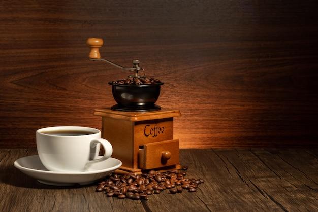 Macinacaffè e sfondo della tazza di caffè