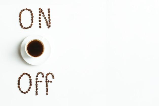 Iscrizione del caffè fatta dai chicchi di caffè o dal grano arrostiti isolati su bianco. chicchi di caffè isolati su sfondo bianco. lettering alimentare. isolato. chicchi di caffè isolati su sfondo bianco.