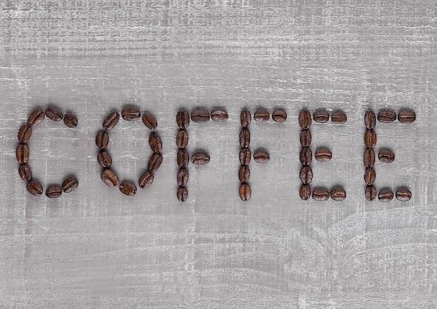 Segno delle lettere del caffè fatto dai chicchi di caffè freschi
