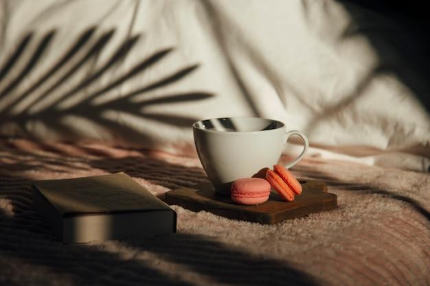 Amaretti al caffè e un libro sul letto