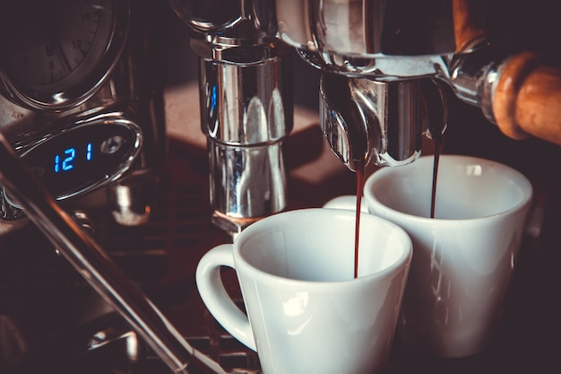 Macchina da caffè in un bar, caffettiera, vista ravvicinata.