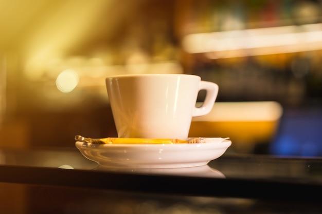 Macchina da caffè che mette un decaffeinato in una tazza bianca