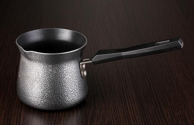 Caffettiera sul tavolo marrone