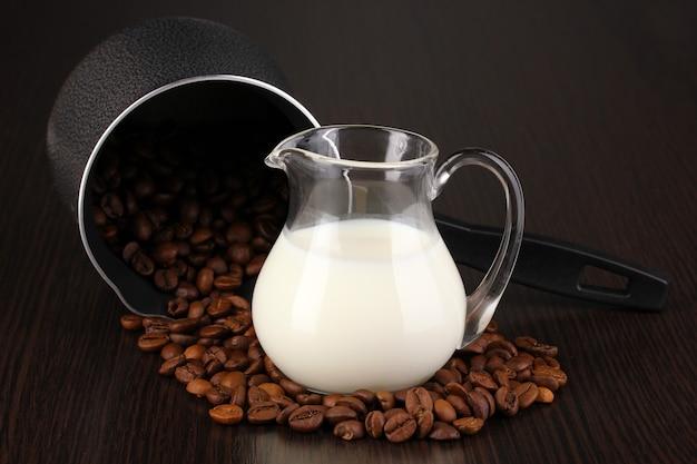 Caffettiera e latte sul tavolo marrone