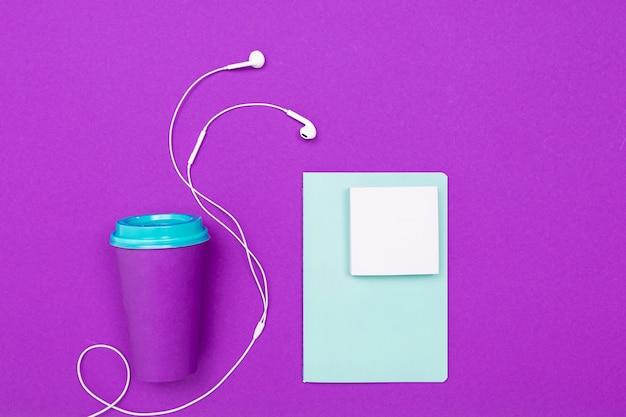 Tazza da caffè su uno sfondo luminoso minimalista pulito pulito.