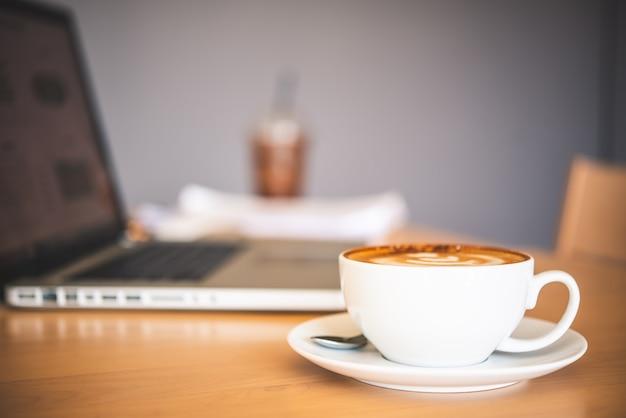Tazza da caffè posizionata sulla scrivania