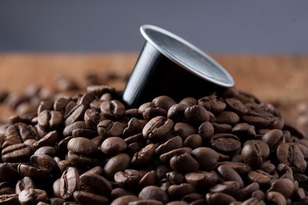 Cialde di caffè su chicchi di caffè o capsula de café