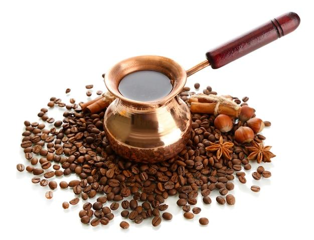 Caffettiera e chicchi di caffè, isolati su bianco