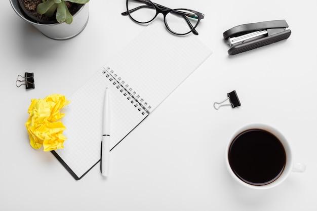 Caffè, fogli di carta e forniture per ufficio